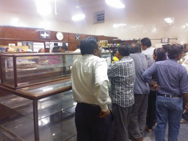 lAlways crowded with customers, the stuff gets over very quickly - Kiyani Bakery at Pune