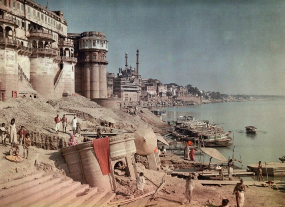 1923 Varanashi, India : A view of a bathing ghat on the shores of the Ganges River in India