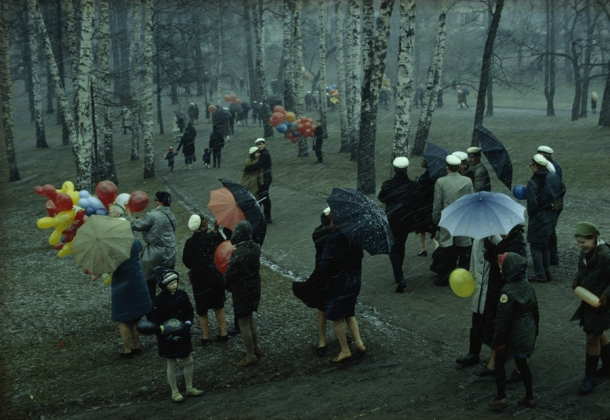 1968 : People strolling through a park in Finland during a wet May snowstorm