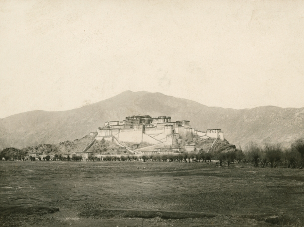 1905 : First published photograph of Lhasa in National Geographic magazine