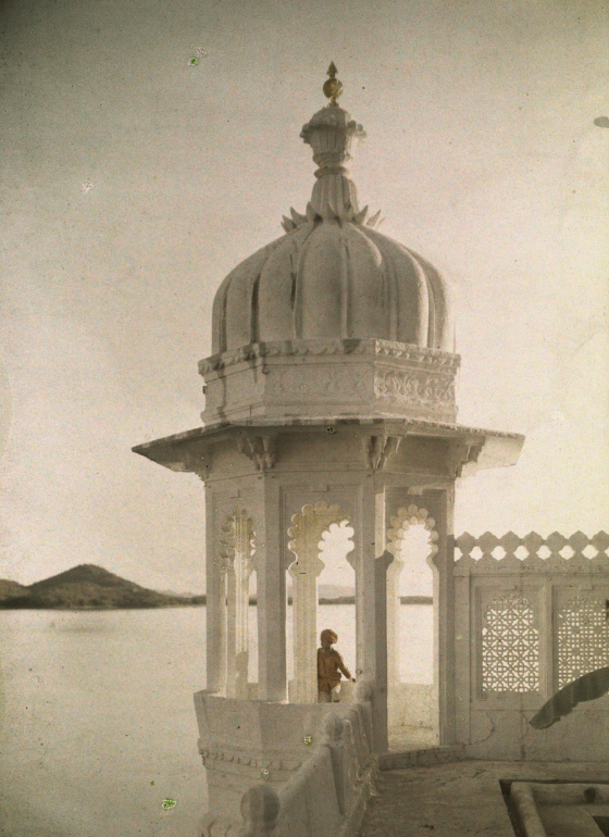 1923, India : View of the Palace of Maharaja's pond from the Island of the Sultans in Udaipur